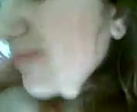 Прикрыла лицо, чтобы сделать чечену минет